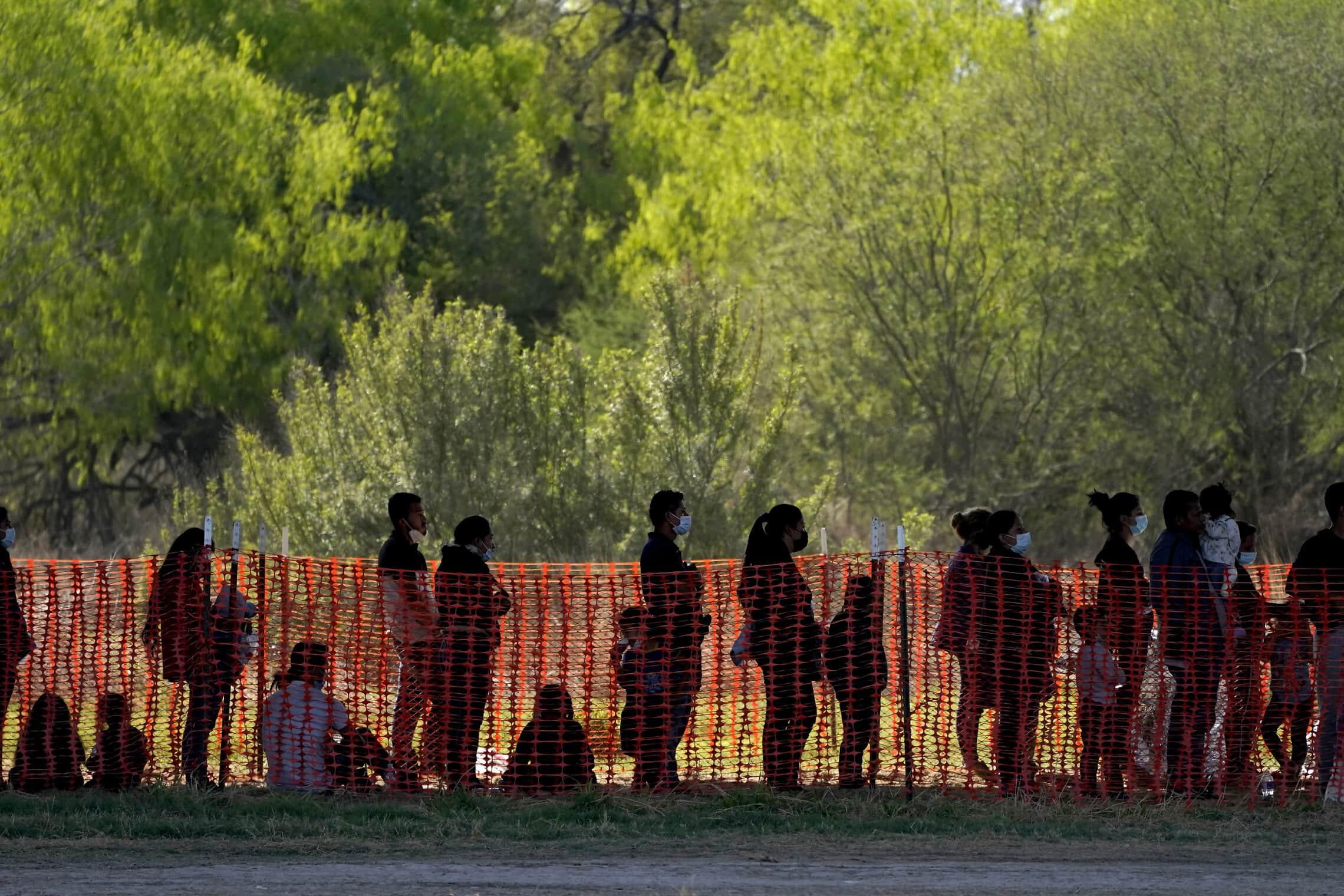מהגרים מעוכבים במעבר גבול בטקסס, 19 במרץ 2021 (צילום: AP Photo/Julio Cortez)