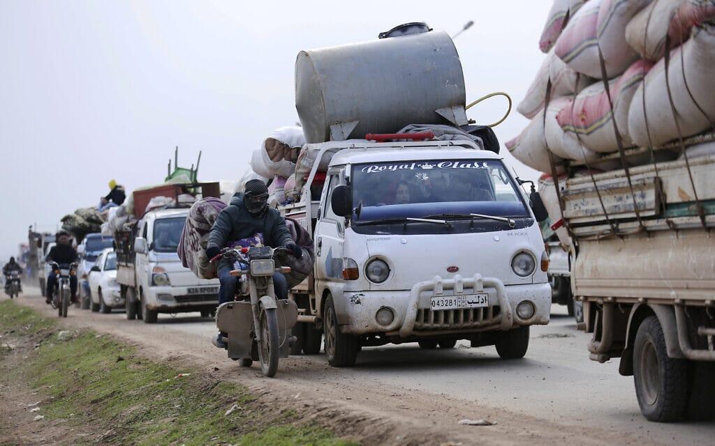 תושבים סורים נמלטים לכיוון הגבול עם טורקיה במחוז אידליב, 29 בינואר 2020 (צילום: AP Photo/Ghaith Alsayed)