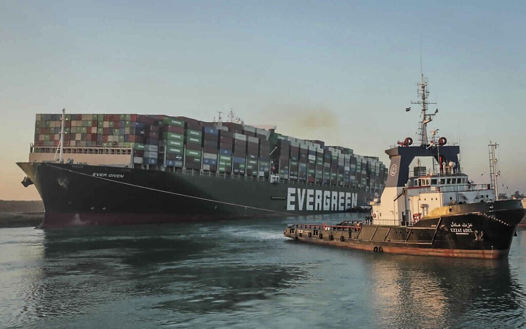 """אוניית המשא """"אבר גיבן"""" יוצאת לדרכה בתעלת סואץ, 29 במרץ 2021 (צילום: Suez Canal Authority via AP)"""