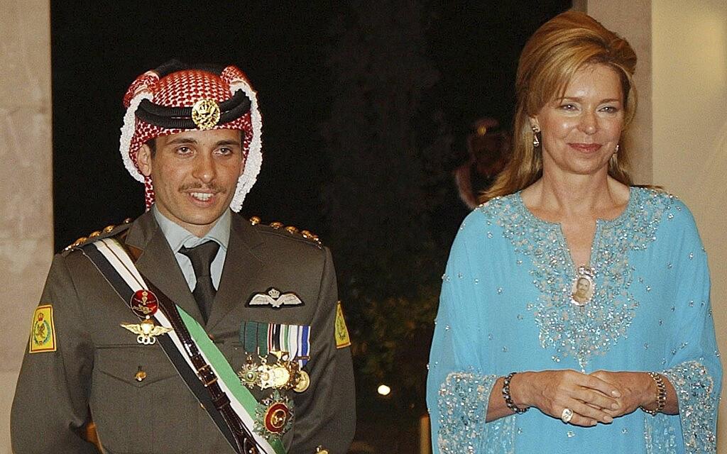 הנסיך חמזה ואמו המלכה נור ב-2004 (צילום: AP Photo/Hussein Malla)
