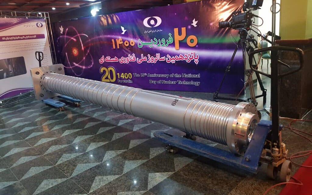 צנטריפוגה חדשה מוצגת בתערוכה המציגה את הישגי איראן בתחום הגרעין, 10 באפריל 2021 (צילום: Atomic Energy Organization of Iran via AP)
