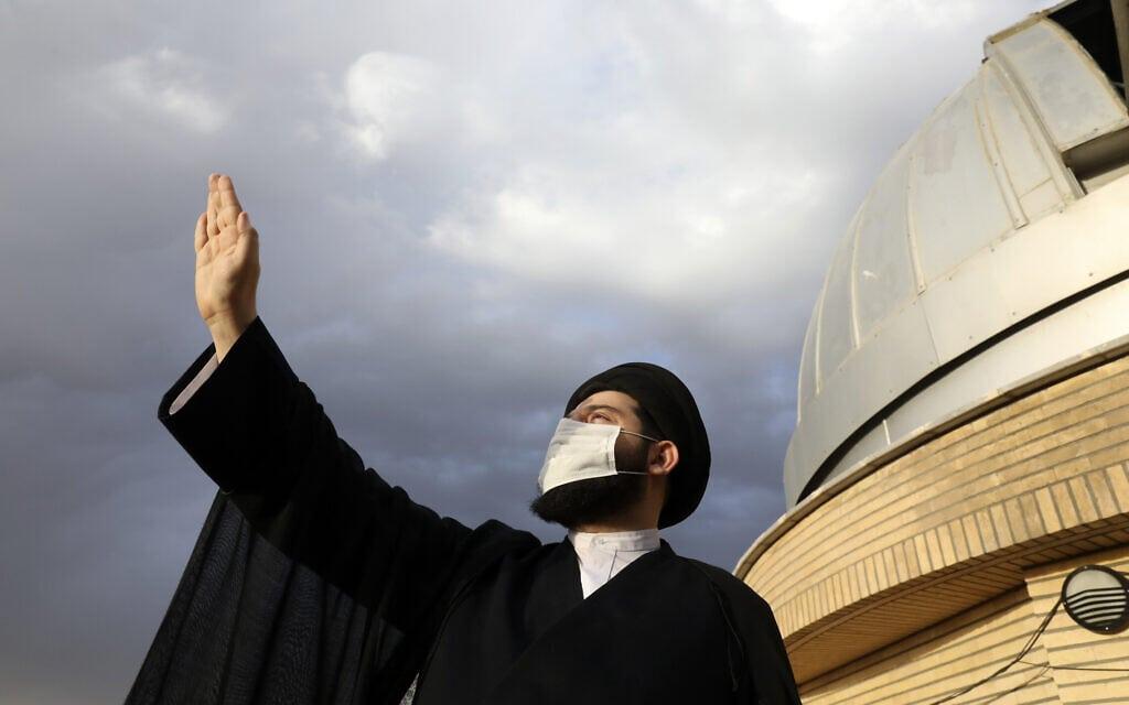 רמדאן באיראן: איש דת בוחן את השמיים בחיפוש אחר הירח החדש שמסמל את תחילת חודש הרמדאן, 13 באפריל 2021 (צילום: AP Photo/Vahid Salemi)