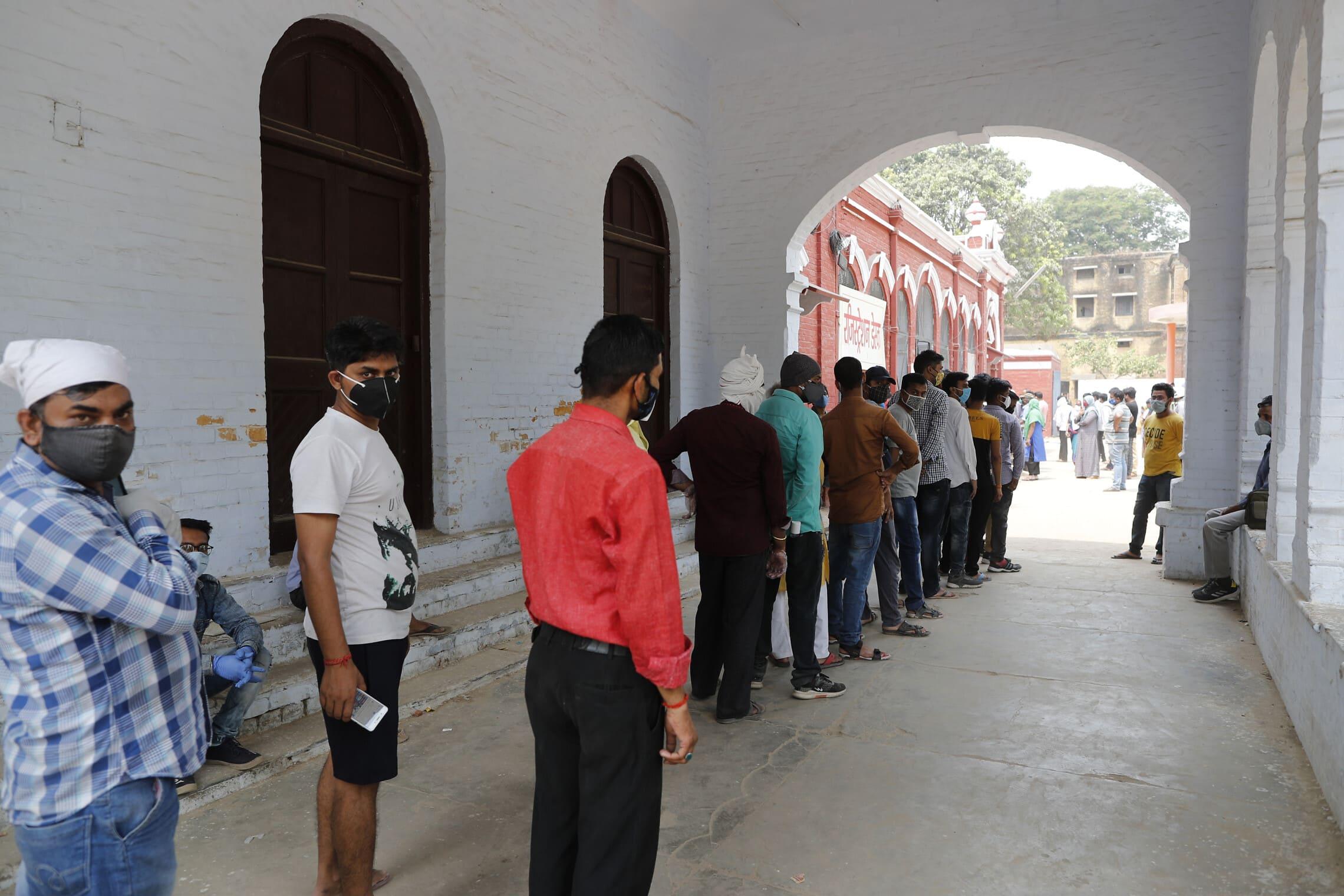 תור לבדיקות קורונה בפרייאגרג', הודו, 17 באפריל 2021 (צילום: AP Photo/Rajesh Kumar Singh)
