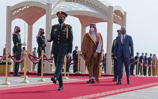 נסיך הכתר מוחמד בין סלמן עם ראש ממשלת עיראק מוסטפה אל קדומי בדרך לשיחות הישירות (צילום: Bandar Aljaloud/Saudi Royal Palace via AP, File)