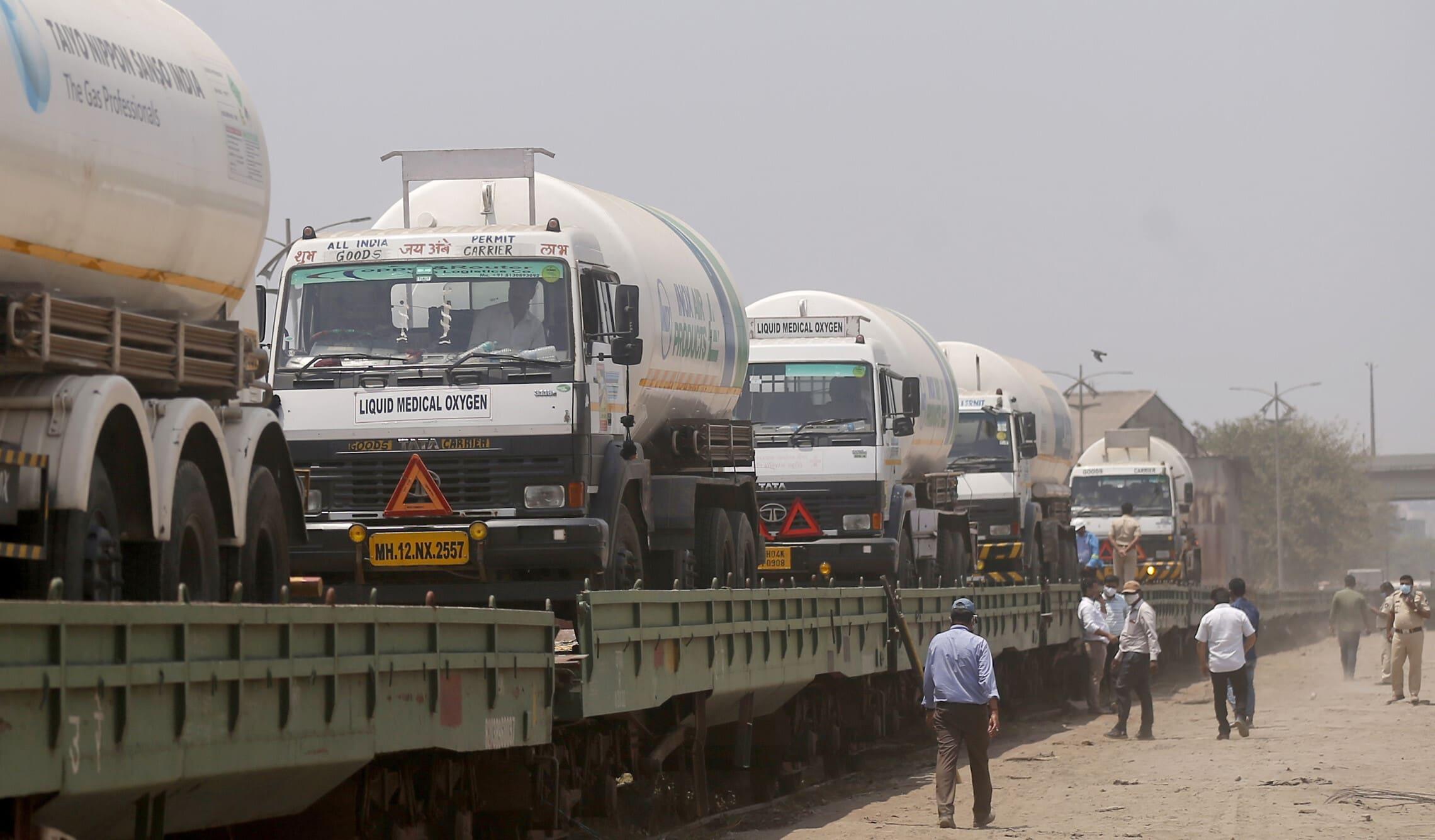 חמצן מועבר בשיירה למומביי, הודו, 19 באפריל 2021 (צילום: AP Photo/Rafiq Maqboo)
