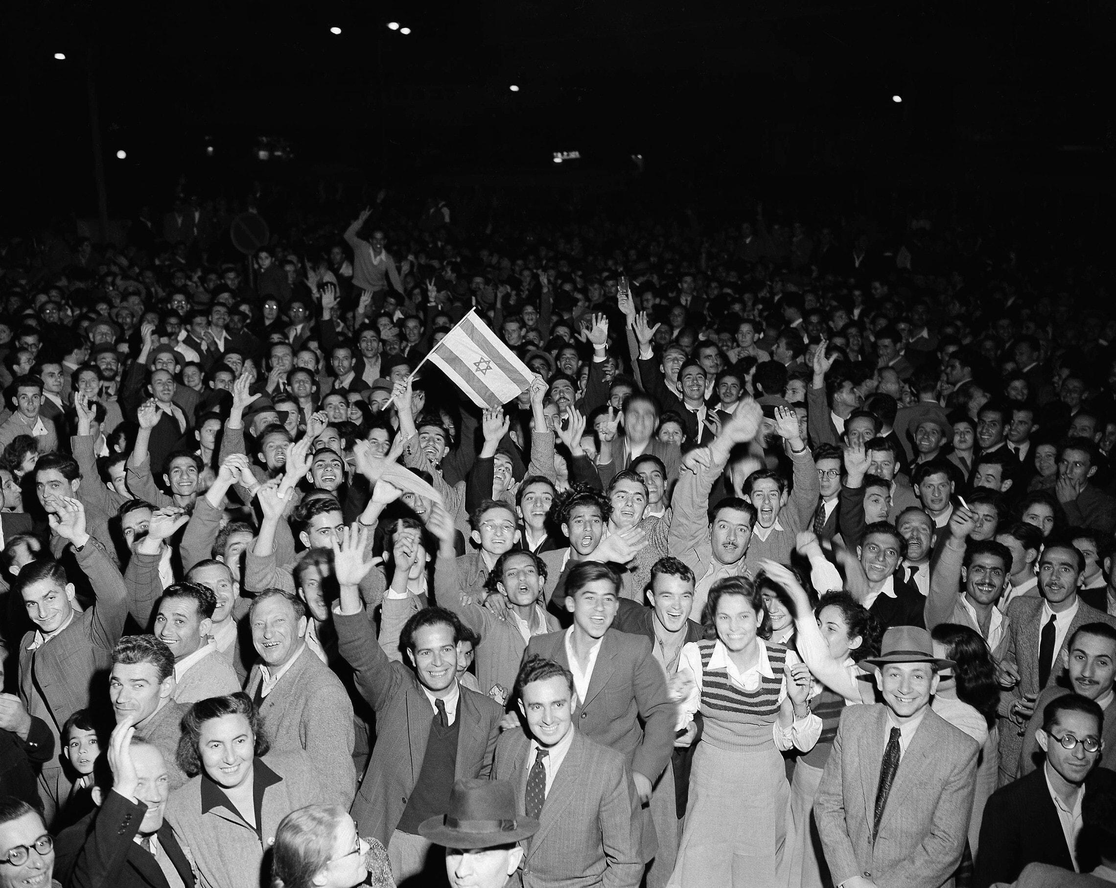 """חגיגות ברחובות תל אביב בעקבות החלטת האו""""ם בכ""""ט בנובמבר, 1947 (צילום: AP Photo/Jim Pringle)"""