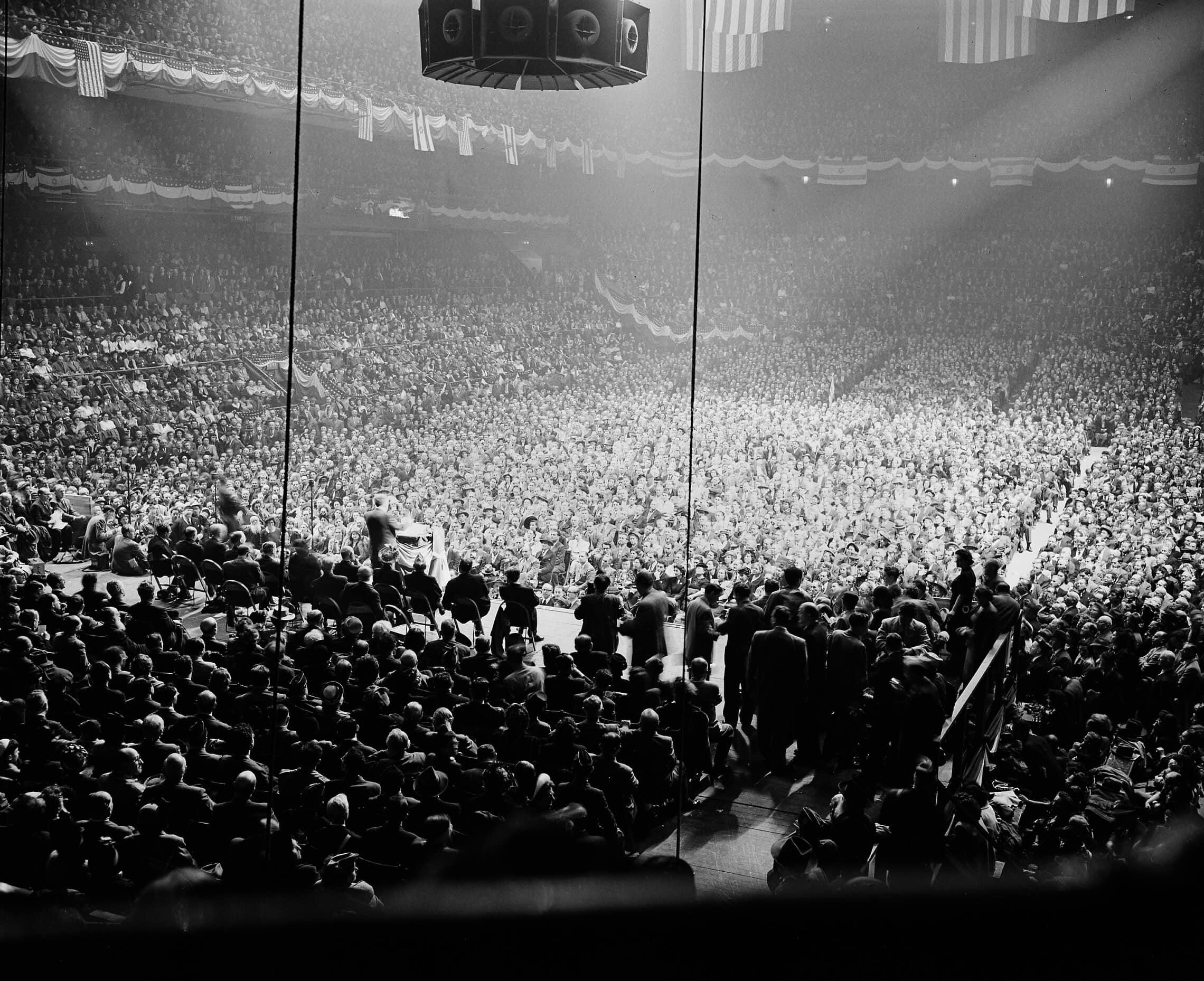 """ד""""ר אבא הלל סילבר נואם בפני קהל של עשרות אלפים במאדיסון סקוור גרדן, ניו יורק, ב-16 במאי 1948 (צילום: AP Photo)"""