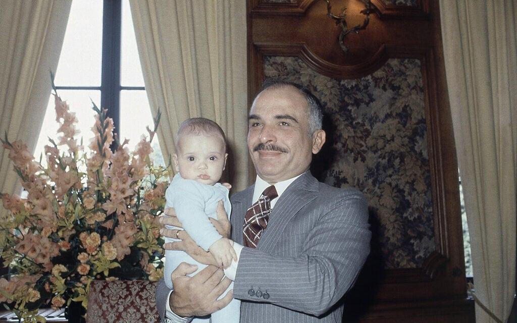 המלך חוסיין מציג את בנו חמזה בגרמניה, יולי 1980 (צילום: AP Photo/Klaus Schlagmann)