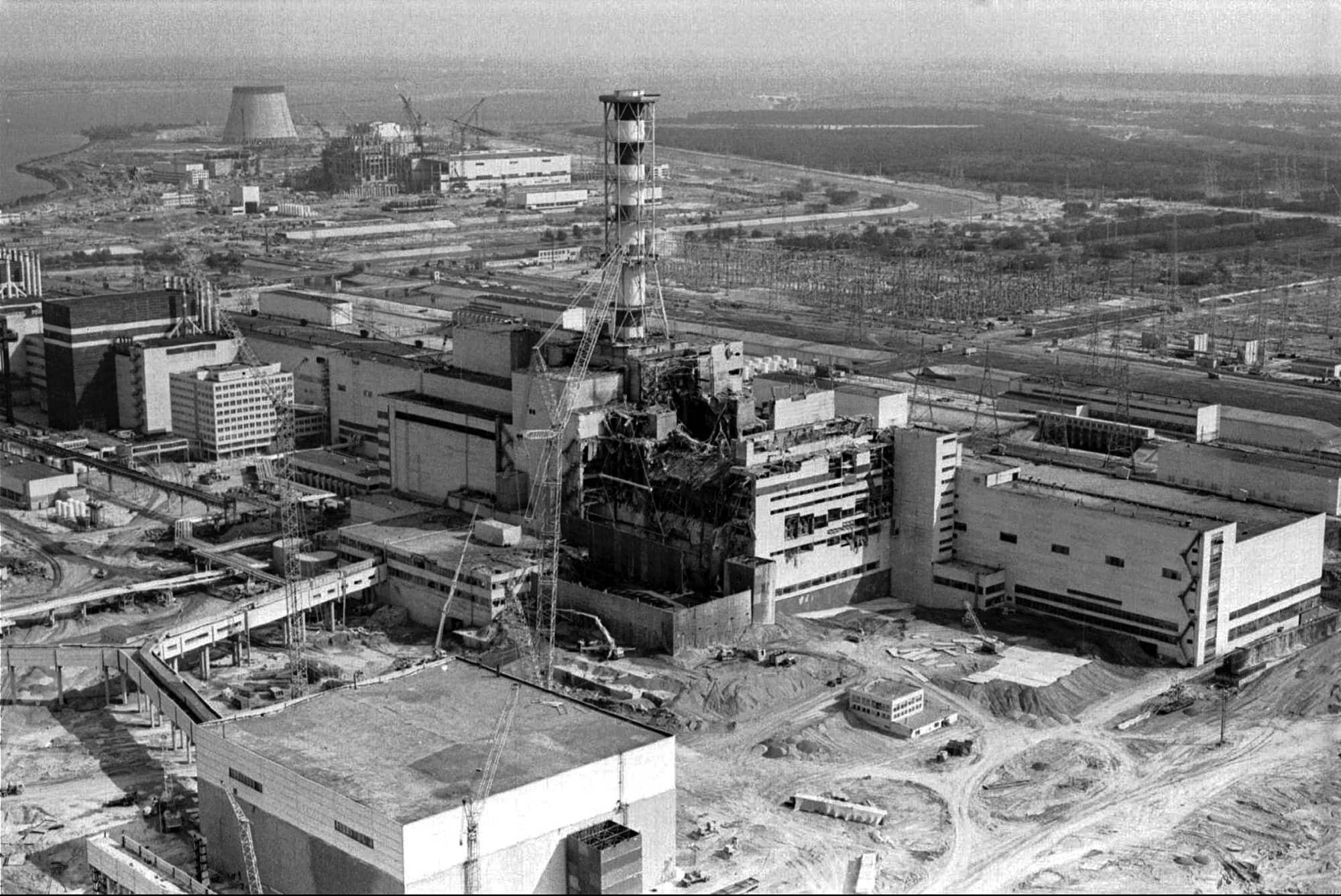 תצלום אווירי של תחנת הכוח הגרעינית בצ'רנוביל שבאוקראינה, שבו נראה הנזק מהפיצוץ בכור מספר 4 ב-26 באפריל 1986, ששחרר לאוויר כמויות גדולות של חומר רדיואקטיבי. האסון הגרעיני בצ'רנוביל הפיץ קרינה בחלקים גדולים מצפון אירופה וגבה את חייהם של אלפים (צילום: Volodymyr Repik, AP)