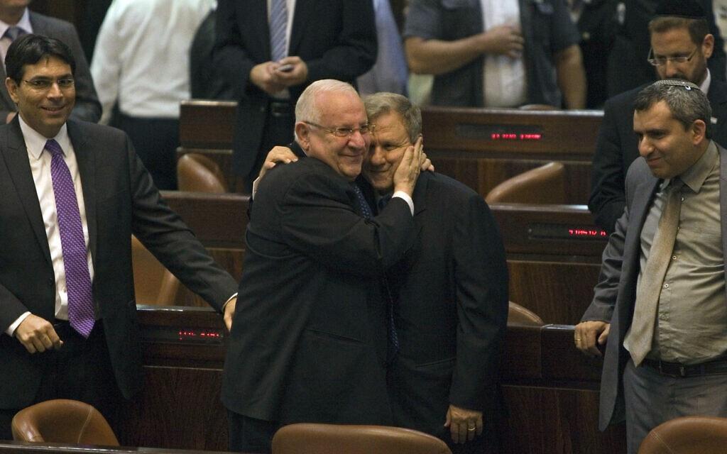 ראובן ריבלין ומאיר שטרית מתחבקים בעת הבחירות בסיבוב השני לנשיאות המדינה, 10 ביוני 2014 (צילום: AP Photo/Dan Balilty)