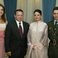 עבדאללה מלך ירדן עם אשתו ראניה משמאל, והנסיך חמזה עם אשתו הנסיכה נור (צילום: AP Photo/Yousef Allan)