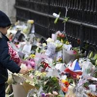 זרי פרחים שהונחו לארמון בקינגהם בלונדון לזכרו של הנסיך פיליפ, 10 באפריל 2021 (צילום: Alberto Pezzali, AP)