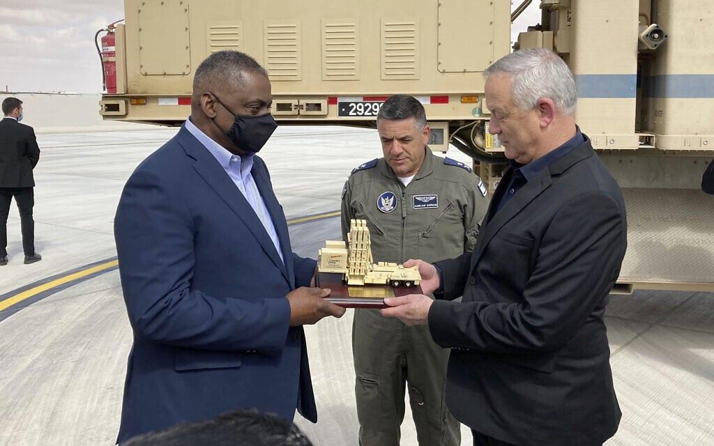 ראש הממשלה החליפי ושר הביטחון, בני גנץ, מעניק לשר ההגנה האמריקאי, לויד אוסטין, דגם מוקטן של סוללת כיפת ברזל, בבסיס חיל האוויר בנבטים, 12 באפריל 2021 (צילום: Robert Burns, AP)
