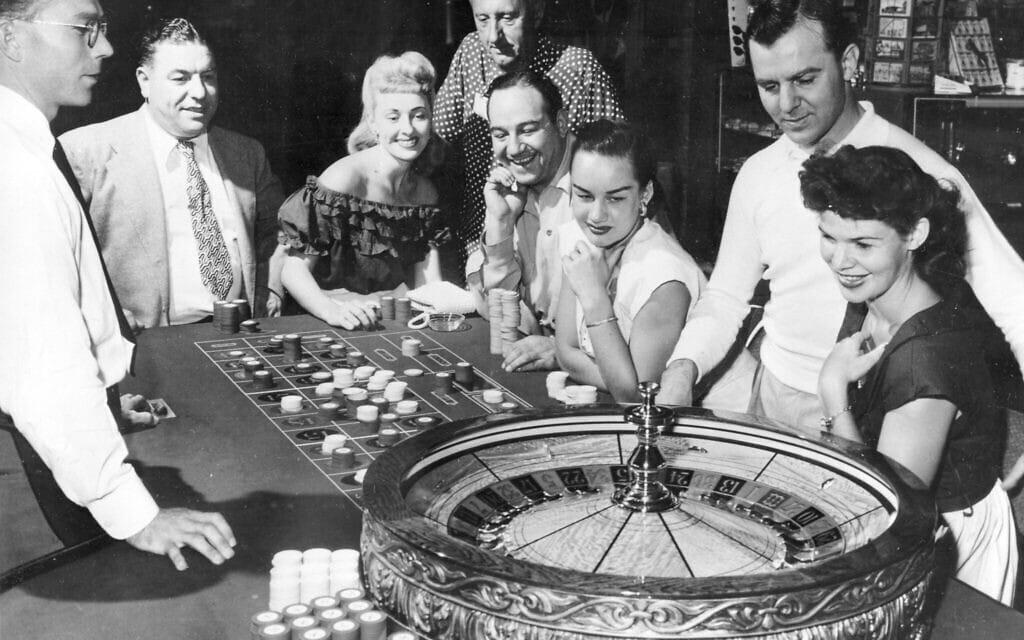 שולחן ההימורים בקזינו פלמינגו בלאס וגאס, נבאדה, 24 במאי 1955 (צילום: AP)