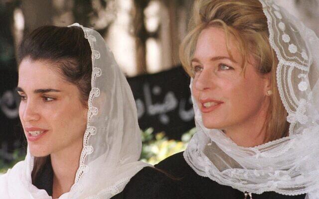 מימין, המלכה נור, אלמנתו של המלך חוסיין ואמו של הנסיך חמזה, ולידה המלכה ראניה, אשתו של יורש העצר המלך עבדאללה (צילום: AP Photo/Yousef Allan)
