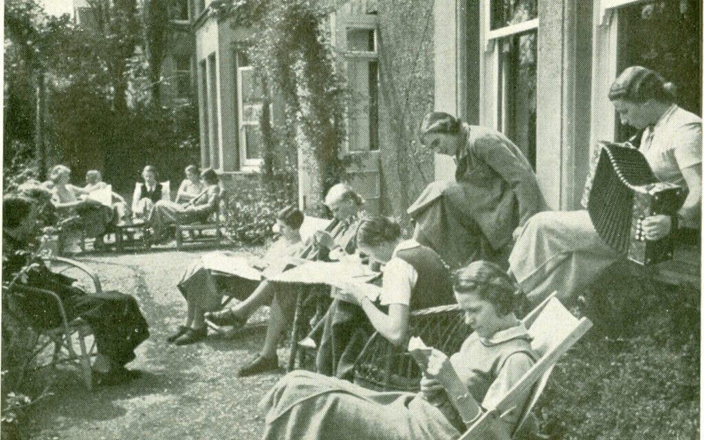 תלמידות בקולג' אוגוסטה ויקטוריה בבקסהיל באמצע שנות השלושים (צילום: באדיבות מוזיאון בקסהיל)