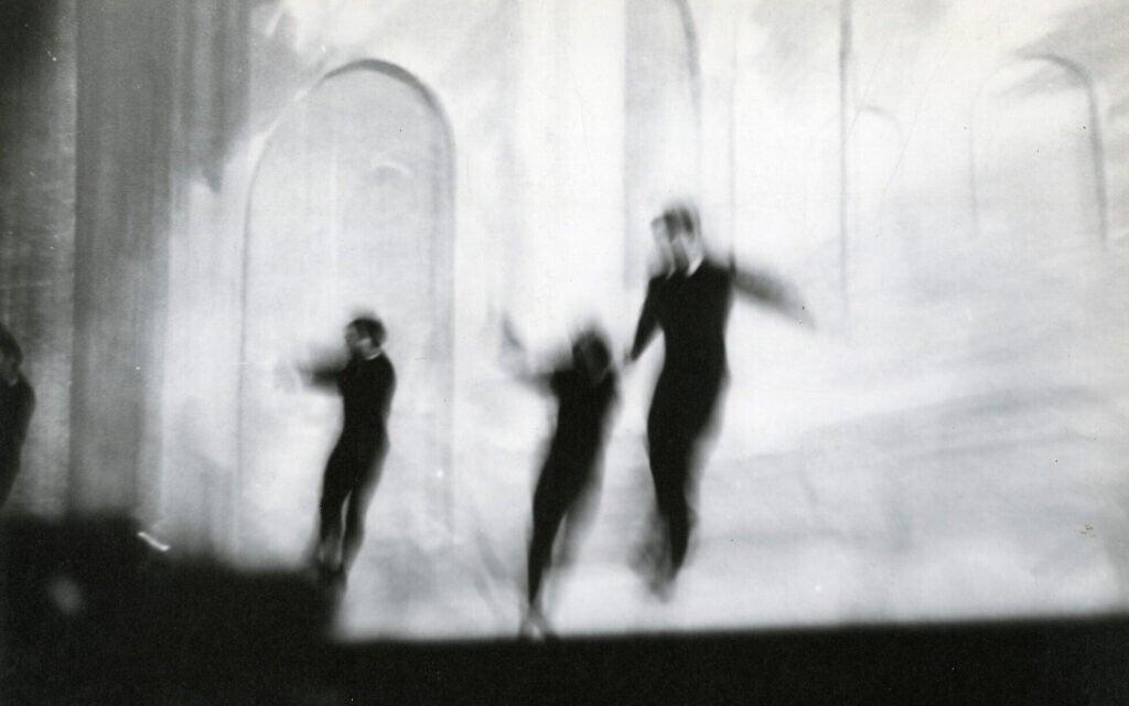 """""""שלושה גברים קופצים"""" של אלכסיי ברודוביץ' (צילום: Collection of Eric and Lizzie Himmel, New York/ The Jewish Museum)"""