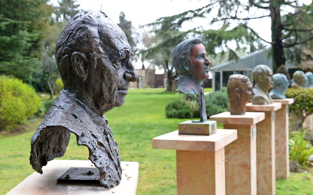 """גן הפסלים במשכן הנשיא (צילום: חיים צח/לע""""מ)"""