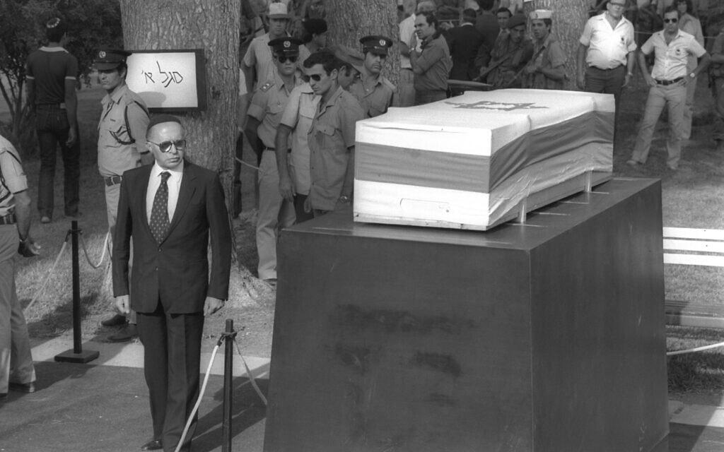 """קס הלווית משה דיין בנהלל. בצילום, ראש הממשלה מנחם בגין עובר לפני ארון הקבורה, 18 באוקטובר 1981 (צילום: חנניה הרמן/לע""""מ)"""
