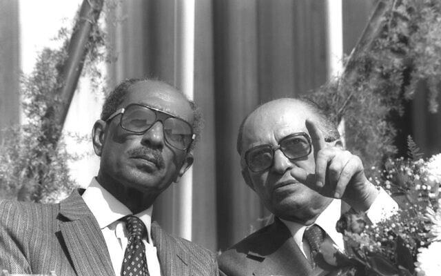 """מנחם בגין ואנואר סאדאת בעת ביקור נשיא מצרים בישראל, 1979 (צילום: יעקב סער/לע""""מ)"""