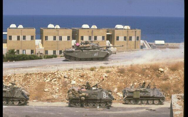 """מבצע שלום הגליל – מלחמת לבנון הראשונה: כוחות משוריינים של צה""""ל מפטרלים ברחוב ליד צידון, בלבנון, 11 ביוני 1982"""