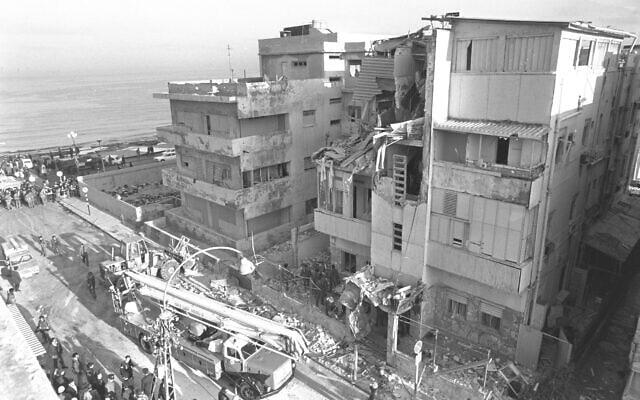 """פינוי הגופות מהריסות מלון סבוי אחרי הפיגוע, 6 במרץ 1975 (צילום: יעקב סער/לע""""מ)"""