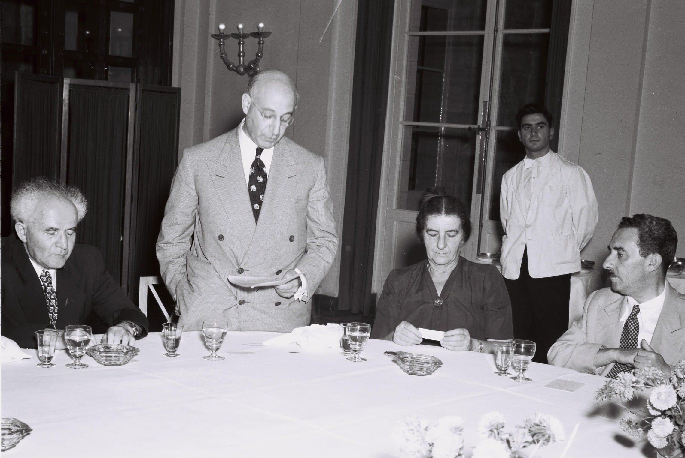 """משה שרת, גולדה מאיר ודוד בן-גוריון בארוחת צהריים במלון המלך דוד לכבוד אורחים מארצות הברית, אוגוסט 1950 (צילום: לע""""מ)"""