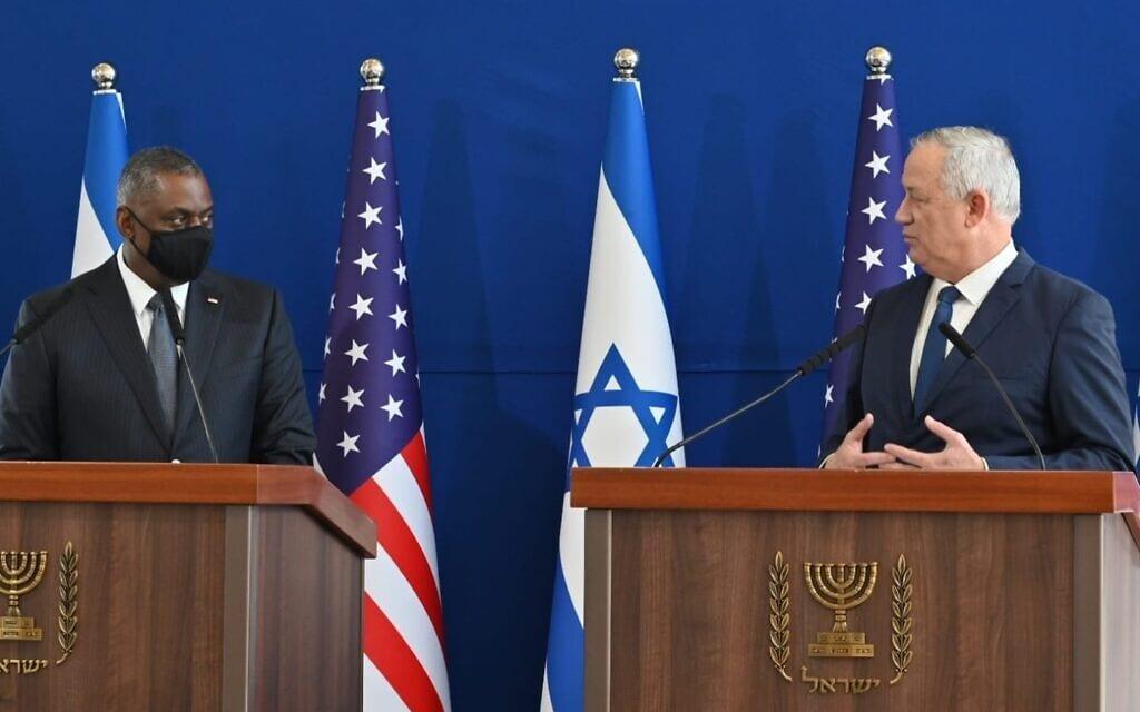 בני גנץ עם שר ההגנה האמריקאי לויד אוסטין בקרייה בתל אביב, 11 באפריל 2021 (צילום: משרד הביטחון)