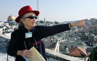 מדריכת תיירים בהר הזיתים ב-2006. אילוסטרציה (צילום: משה שי/פלאש90)