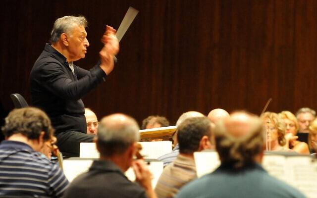 זובין מהטה מנצח על התזמורת הפילהרמונית הישראלית, 2011 (צילום: יוסי זליגר/פלאש90)