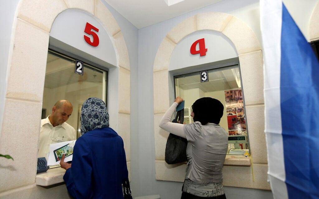נשים בסניף דואר באום אל-פחם. אילוסטרציה. למצולמים אין קשר לנאמר בכתבה (צילום: משה שי/פלאש90)