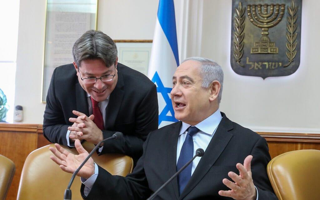 בנימין נתניהו ואופיר אקוניס בישיבת הקבינת במשרד ראש הממשלה, 22 בדצמבר 2019 (צילום: Marc Israel Sellem/POOL)