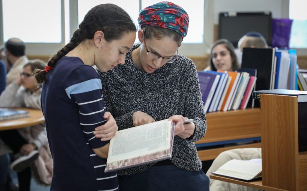 נשים לומדות תלמוד. אילוסטרציה (צילום: גרשון אלינסון/פלאש90)