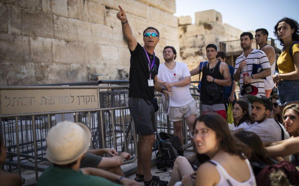 תיירים מאורוגוואי עם המדריך שלהם בעיר דוד בירושלים, יולי 2019 (צילום: הדס פרוש/פלאש90)