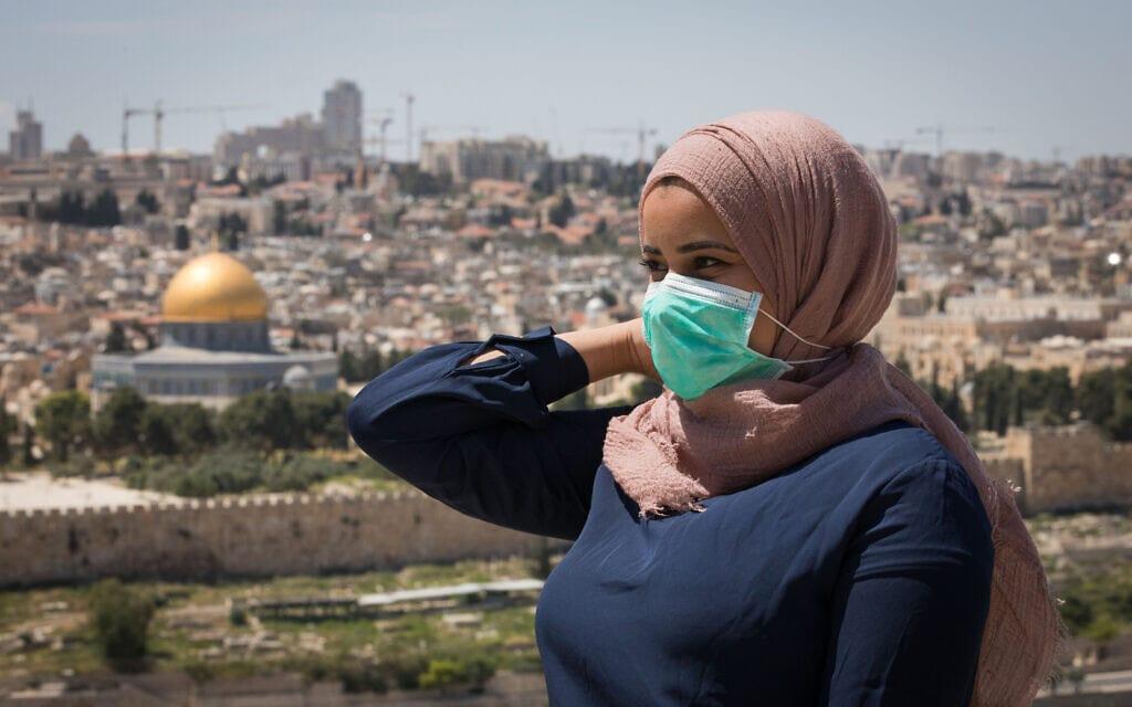 תושבת מזרח ירושלים עוטה מסכה במהלך מגפת הקורונה (צילום: נתי שוחט/פלאש90)