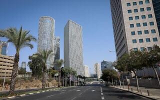 מגדלי עזריאלי משקיפים על הרחובות הריקים של תל אביב במהלך הסגר השני, 20 בספטמבר 2020 (צילום: מנחם לדרמן/פלאש90)