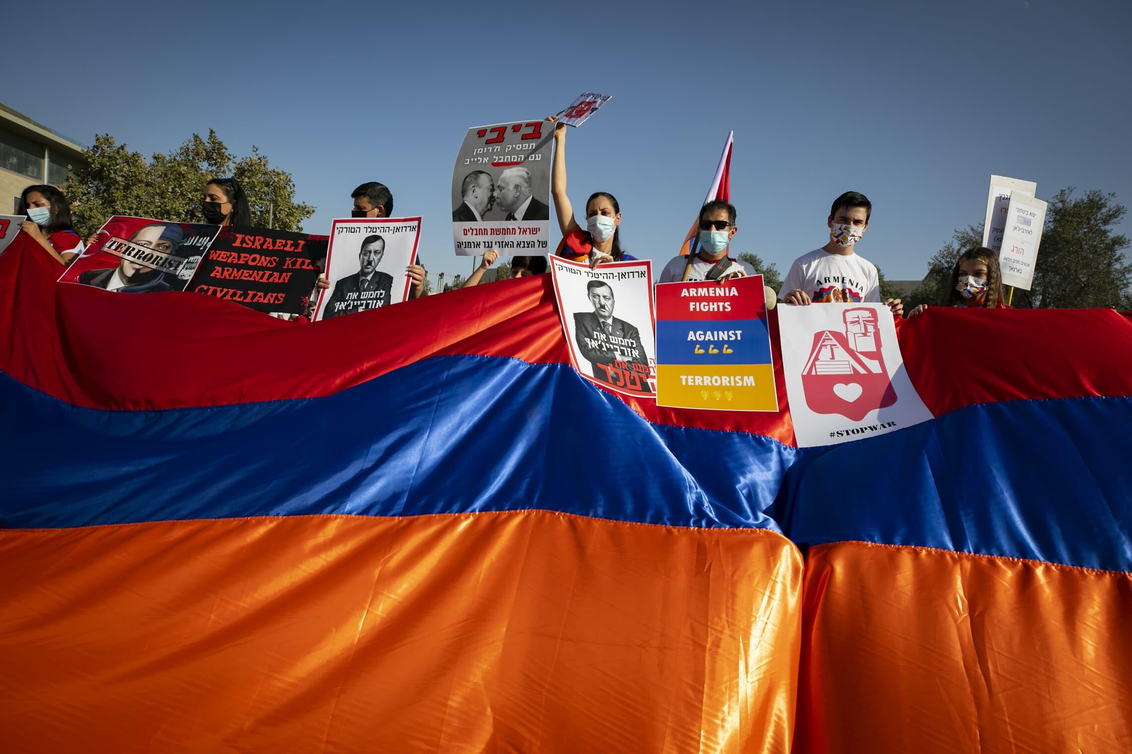 ארמנים מפגינים בירושלים נגד מכירת נשק מישראל לאזרבייג'ן והמעורבות הישראלית בעימות האלים בנגורנו-קרבאך, 22 באוקטובר 2020 (צילום: אוליבייה פיטוסי/פלאש90)