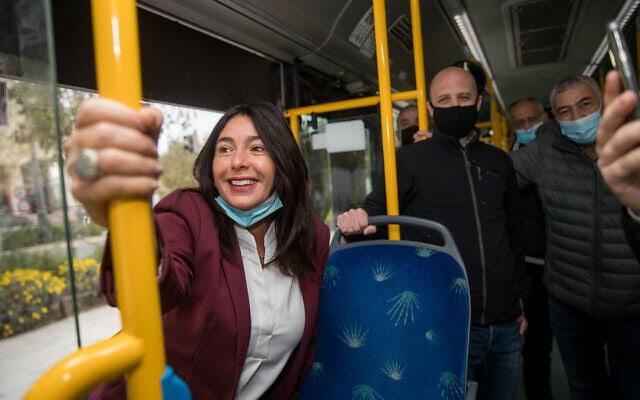 מירי רגב על אוטובוס בעת השקת אפליקציית התשלום לתחבורה ציבורית, דצמבר 2020 (צילום: יונתן זינדל/פלאש90)