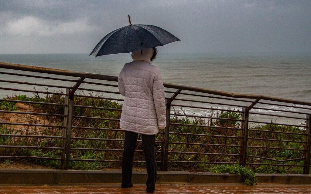 גשם בנתניה, 19 בפברואר 2021 (צילום: פלאש90)