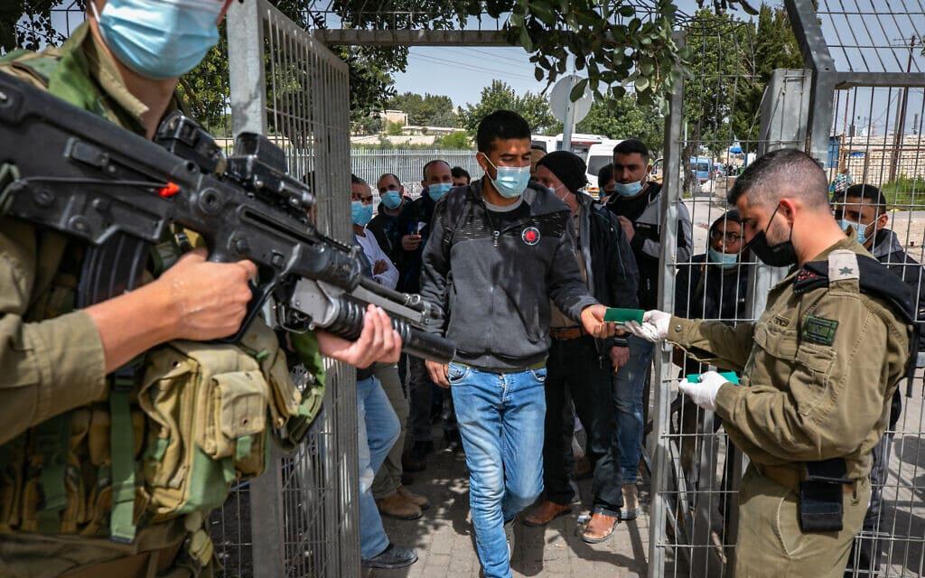 עובדים פלסטינים מגיעים למרכז רפואי שהוקם לטובת חיסון פלסטינים שעובדים בישראל, 8 במרץ 2021 (צילום: אוליבייה פיטוסי/פלאש90)