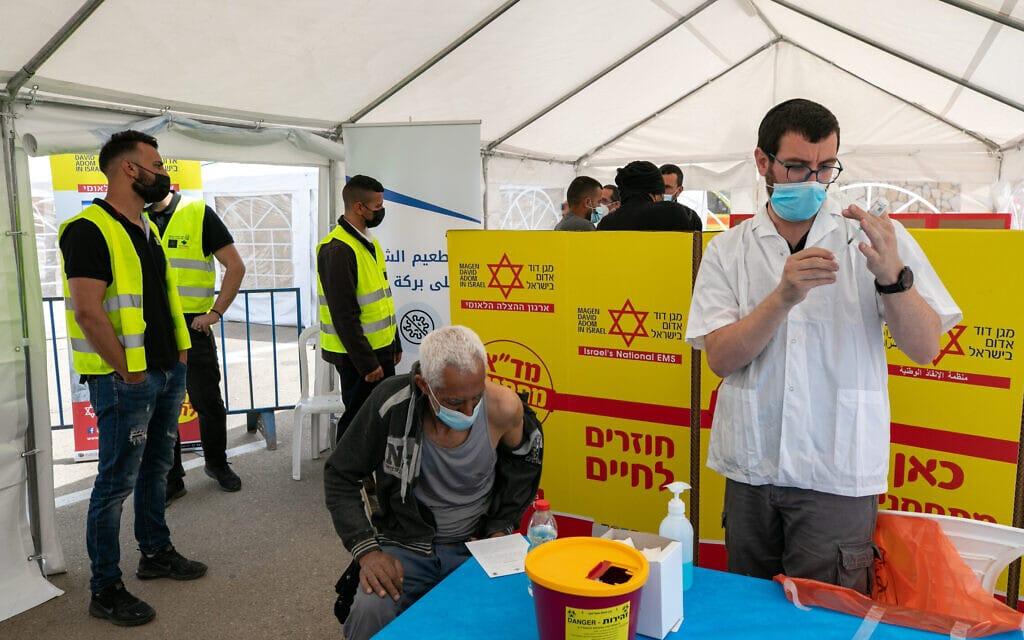 """נקודת התחסנות שפתח מד""""א במזרח ירושלים, 9 במרץ 2021 (צילום: אוליבייה פיטוסי/פלאש90)"""