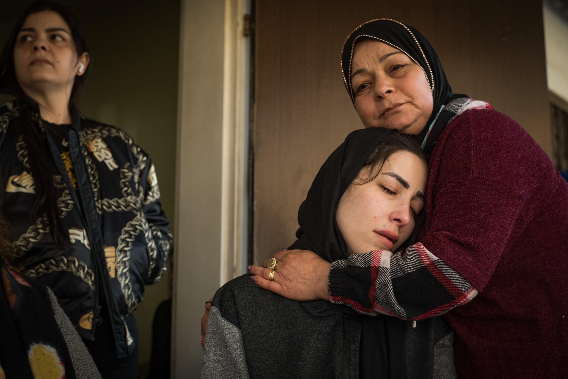 בני משפחתו האבלים של מוניר ענבאתווי, 30 במרץ 2021 (צילום: רוני עופר/פלאש90)