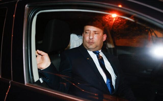 """יו""""ר ימינה נפתלי בנט ביציאה מפגישה עם ראש הממשלה בנימין נתניהו במעון הרשמי בבלפור, 8 באפריל 2021 (צילום: יונתן סינדל / פלאש 90)"""
