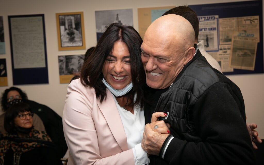 השרה מירי רגב והזמר שלומי שבת בעת ביקורם בכנסת של משיאי המשואה, 12 באפריל 2021 (צילום: אוליבייה פיטוסי, פלאש 90)
