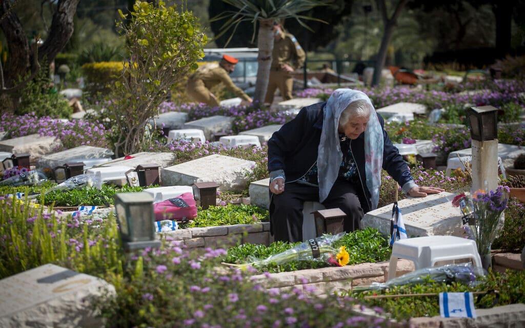 בית העלמין הצבאי בגבעת שאול בערב יום הזיכרון, 13 באפריל 2021 (צילום: מרים אלסטר/פלאש90)
