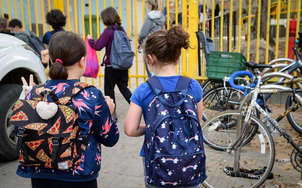 תלמידות בתל אביב בדרכן לבית הספר, 18 באפריל 2021 (צילום: אבשלום ששוני, פלאש 90)