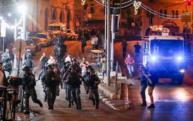 כוחות משטרה בעיר העתיקה בירושלים במהלך עימות עם תושבים במקום, 19 באפריל 2021 (צילום: Jamal Awad/FLASH90)