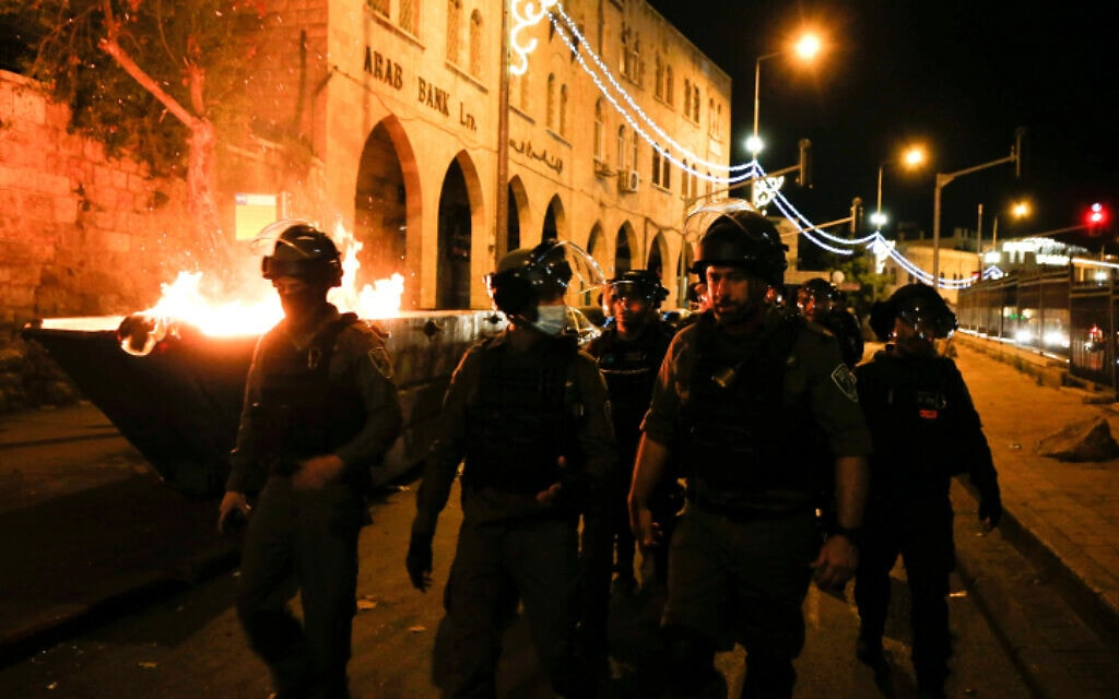 שוטרים במזרח ירושלים במהלך הפרות סדר, 23 באפריל 2021 (צילום: Jamal Awad/Flash90)
