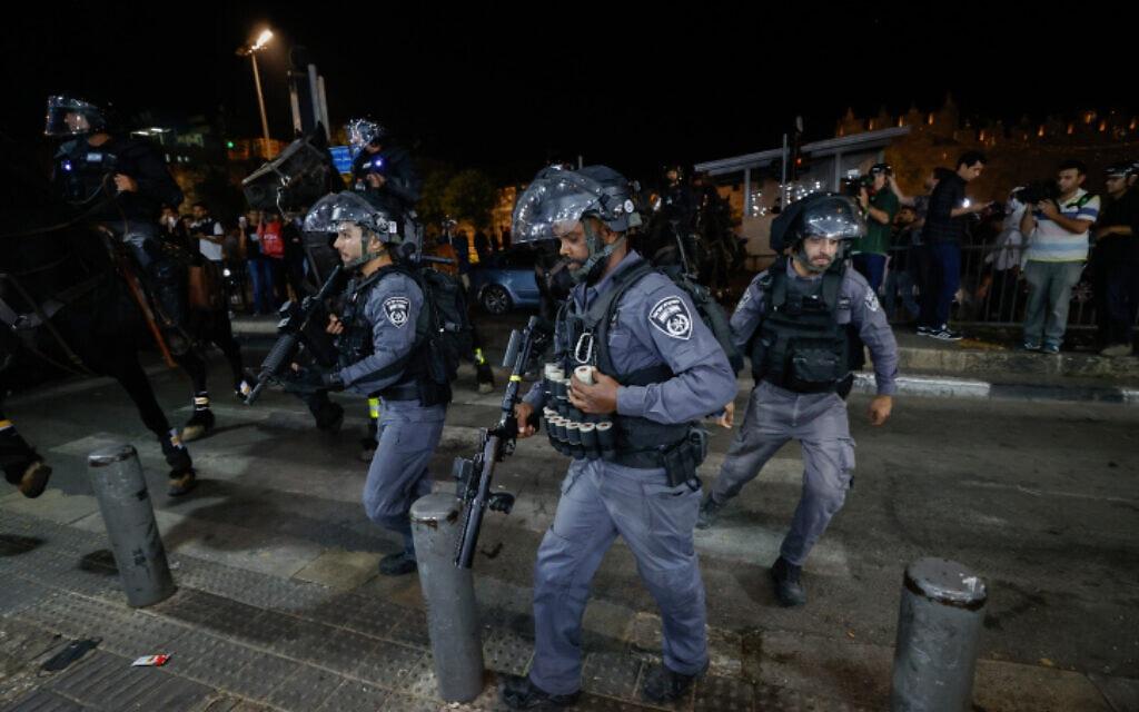 שוטרים בהתנגשות עם מפגינים ערבים ליד שער שכם בירושלים, 24 באפריל 2021 (צילום: Yonatan Sindel/FLASH90)