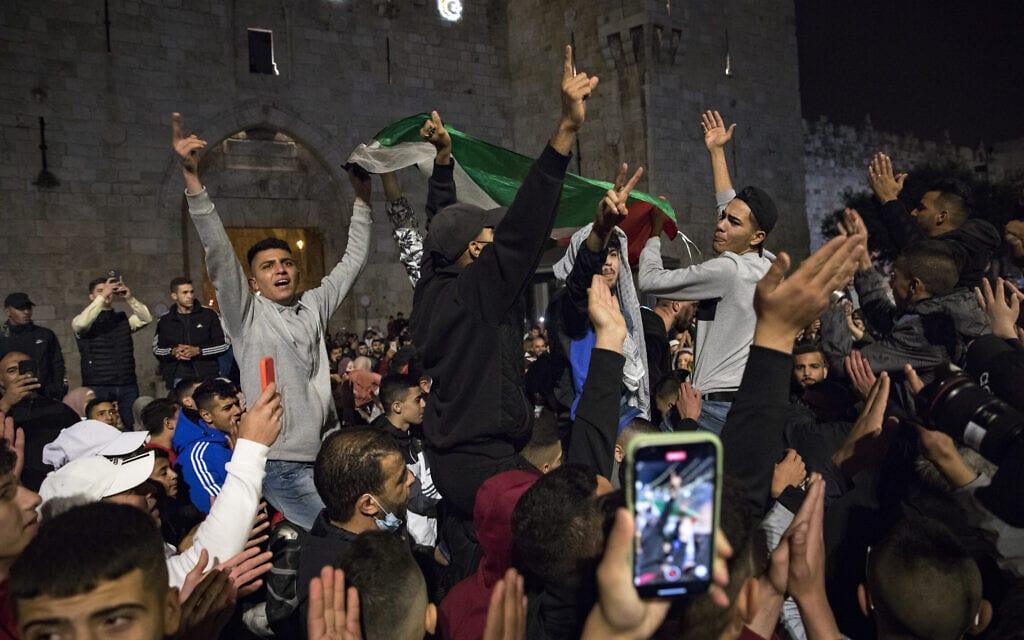 ערבים ממזרח ירושלים נאספים ברחבת שער שכם, 26 באפריל2021 (צילום: אוליבייה פיטוסי/פלאש90)